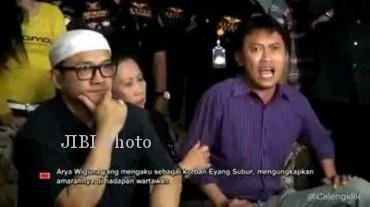 Jumpa pers Aria Wiguna. Dalam kesempatan itu Aria Wiguna meneriakkan Demi Tuhan. (Youtube.com)