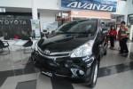 Pengunjung melihat-lihat mobil Avanza di diler Nasmoco Jl Slamet Riyadi, Solo, beberapa waktu lalu. Toyota akan menambah fitur baru pada varian produk Avanza yaitu airbag untuk menambah keamanan penggunanya. (JIBI/SOLOPOS/Agoes Rudianto)