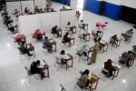 Peserta mengerjakan soal ujian Seleksi Nasional Masuk Perguruan Tinggi Negeri (SNMPTN). (Dok/Burhan Aris Nugraha/JIBI/Solopos)