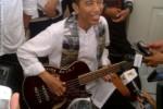 Jokowi Pamerkan Hadiah Bass dari Trujillo