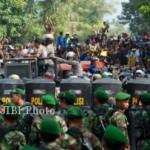 Peristiwa bentrokan suporter PSIS dengan warga di Godong, Purwodadi, Senin (6/5/2013). (JIBI/SOLOPOS/Antara)