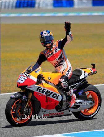 Pembalap Repsol Honda, Dani Pedrosa, merayakan kegembiraannya seusai menjuarai Sirkuit Jerez, Spanyol, dua pekan lalu. Pedrosa kembali meraih juara saat balapan MotoGP Prancis di Sirkuit Le Mans, Minggu (19/5/2013) malam WIB. dokJIBI/SOLOPOS/Reuters