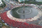 Ribuan buruh melintas di Bundaran Hotel Indonesia (HI) Jl Jendral Sudirman, Jakarta Rabu (1/5/2013). Ribuan buruh tersebut menuju Istana Negara untuk berunjuk rasa dalam rangka Hari Buruh se-Dunia  yang lebih dikenal dengan Mayday yang jatuh pada tanggal 1 Mei. (FOTO FB Ellan Andriyanto)