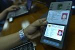 Petugas mempraktekkan penggunaan mesin pembaca e-KTP di sela-sela jumpa pers Kemendagri yang menanggapi isu tentang larangan fotokopi e-KTP di Kemendagri, Jakarta, Rabu (8/5/2013). (JIBI/SOLOPOS/Antara)