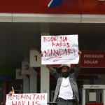 TOLAK KENAIKAN HARGA BBM: Mahasiswa Blokir Jalan