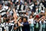 Para pemain Juventus merayakan kemenangannya atas Palermo 1-0 di Juventus Stadium, Turin, Minggu (5/5/2013) malam WIB. Kemenangan itu membuat Juventus memastikan gelar Scudetto-nya secara back to back. JIBI/SOLOPOS/Reuters
