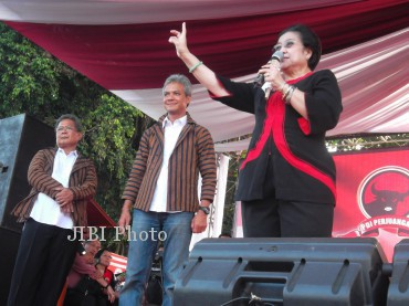 Ketua Umum DPP PDI Perjuangan, Megawati Soekarnoputri [kanan], saat berorasi di depan ribuan simpatisannya di lapangan Merdeka, Karanganom, Minggu (12/5/2013). Dalam orasi, Megawati sempat melemparkan sindiran kepada simpatisannya yang bertindak kurang santun saat mengendarai motor. JIBI/SOLOPOS/Shoqib Angriawan