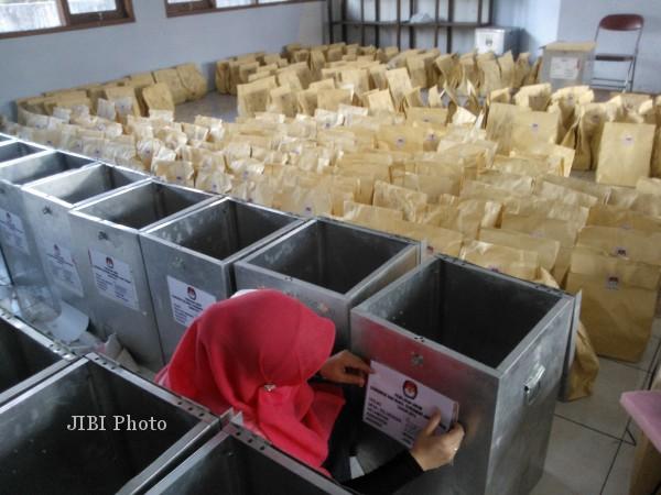 Petugas Komisi Pemilihan Umum (KPU) Wonogiri menata logistik untuk Pemilihan Gubernur (Pilgub) Jawa Tengah (Jateng) yang akan didistribusikan di setiap kecamatan, Sabtu (18/5/013). Pendistribusian itu dilakukan selama tiga hari yakni Sabtu hingga Senin (20/5/2013). (Ayu Abriyani KP/JIBI/SOLOPOS)