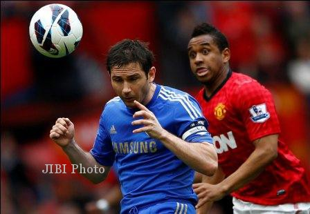 Manchester United's Anderson (R) challenges Chelsea's Frank Lampard