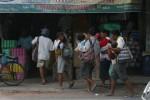 Sekelompok pengemis terlihat di pertokoan kawasan Jl Kapten Mulyadi, Pasar Kliwon, Solo, beberapa waktu lalu. Penanganan para pengemis seperti ini tidak bisa hanya sekadar melalui penertiban, namun juga perlu menyentuh banyak aspek seperti pengentasan kemiskinan, pendampingan untuk pemberian motivasi dan sebagainya. (JIBI/SOLOPOS/Sunaryo Haryo Bayu)
