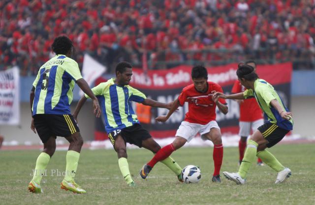 Pemain Persewon Wondama (kostum hijau bergaris biru) saat menghadapi Persis Solo pada lanjutan Divisi Utama Liga Prima Indonesia Sportindo di Stadion Manahan, Solo, beberapa waktu lalu. Nasib para pemain Persewon kian tidak jelas karena krisis finansial. dokJIBI/SOLOPOS/Agoes Rudianto