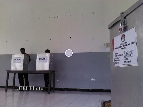 Warga binaan Rutan Wonogiri melaksanakan hak pilihnya di TPS khusus di Rutan yang masuk wilayah Kelurahan Wuryorejo, Minggu (26/5/2013).  (Tika Sekar Arum/JIBI/SOLOPOS)