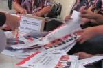 Sejumlah warga dikerahkan untuk menyortir dan melipat surat suara Pilgub Jawa Tengah di Kantor KPU Klaten, Senin (6/5/2013). (Moh Khodiq Duhri/JIBI/SOLOPOS)