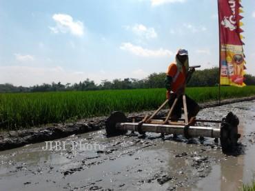 Salah satu petani mempraktikkan penggunaan teknologi tepat guna tanam benih langsung (tabela) di area persawahan Karang Malang, Sragen, Selasa (7/5/2013).  (Ika Yuniati/JIBI/SOLOPOS)