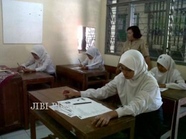 Siswa SMP sedang mengerjakan UN (dok. JIBI/SOLOPOS)