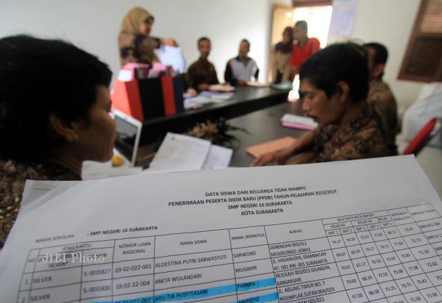 Daftar peserta PPBD online di salah satu SMP negeri di Solo, Jumat (7/6/2013). (JIBI/SOLOPOS/Burhan Aris Nugraha)