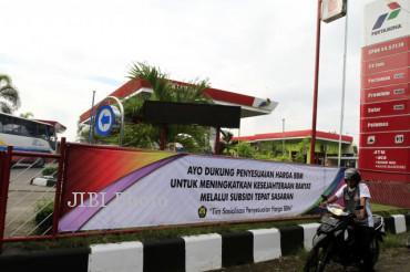 Spanduk sosialisasi penyesuaian harga Bahan Bakar Minyak (BBM) terpasang di Stasiun Pengisian Bahan bakar Umum (SPBU) Sekarpace, Jebres, Solo, Jumat (14/6/2013). (JIBI/SOLOPOS/Maulana Surya)