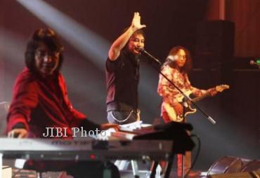 Adi Adrian, Katon Bagaskara dan Romulo Radjadin dalam salah satu konser KLA Project di Solo. (JIBI/Solopos/Dok.)
