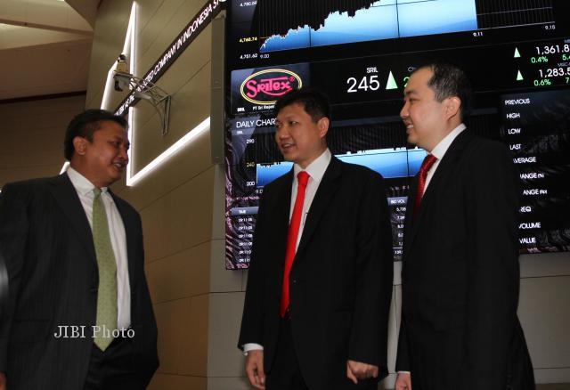 Direktur PT Bursa Efek Indonesia (BEI) Hoesen (kiri) berbincang dengan Presiden Direktur PT Sri Rejeki Isman Tbk. (Sritex) Iwan Setiawan (tengah) dan Wakil Presdir Iwan Kurniawan Lukminto saat pencatatan penjualan saham di Jakarta, Senin (17/6/2013). Perseroan melepas 5,6 miliar lembar saham atau 30,12% dari modal disetor. Perusahaan garmen dan tekstil itu memiliki 9 unit pabrik pemintalan, 3 unit pertenunan, 3 unit penyempurnaan serta 6 unit konveksi. (JIBI/Bisnis Indonesia/Yayus Yuswoprihanto)