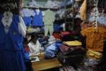 Pendidik Jadi Saudagar, Pedagang Seragam Waswas