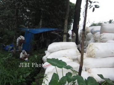 Kondisi truk terguling di pinggir jalan Jl Solo-Semarang, Jumat (21/6/2013). (JIBI/SOLOPOS/Septhia Ryanthie)