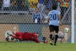 Tendangan penalti Diego Forlan berhasil ditepis Julio Cesar (JIBI/Reuters)