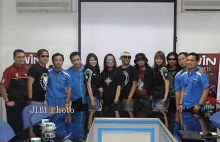 Para personel Jamrud berfoto bersama awak redaksi Solopos di Griya Solopos, Jl Adisucipto 190, Solo, Kamis (27/6/2013) petang WIB. JIBI/SOLOPOS/ Ahmad Mufid