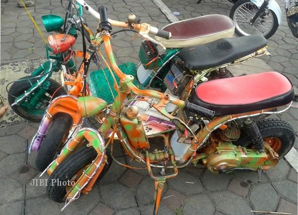 Beberapa sepeda motor mini hasil modifikasi Wandoyo, 37, warga Kelurahan Pasar Kliwon, Solo. Sepeda motor hias tersebut disewakan kepada anak-anak pengunjung Alkid saban malam hari. (Kurniawan/JIBI/SOLOPOS)