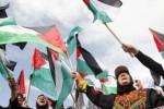 Ilustrasi wanita Palestina menggunakan pakaian tradisional mengibarkan bendera nasional mereka. (JIBI/SOLOPOS/Reuters)