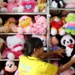 Peringati Hari Anak, PT KAI Surabaya Bagi-Bagikan Boneka