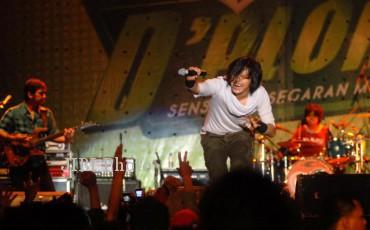 Grup band Gigi saat tampil menghibur ratusan penonton dalam rangkaian final Sprite D'Plong 2010 di Stadion Sriwedari, Solo, Sabtu (24/7/2013) malam. (Burhan Aris Nugraha/JIBI/SOLOPOS)