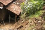 Tanah Longsor Timpa Rumah di Selogiri