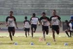 Para pemain Persis Solo saat melakoni latihan di Stadion Manahan, Selasa (4/6/2013). Laskar Sambernyawa, julukan Persis, akan menjamu Persewangi Banyuwangi pada lanjutan Divisi Utama Liga Indonesia, Rabu (5/6/2013). JIBI/SOLOPOS/Agoes Rudianto
