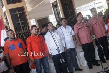 Tiga pasangan calon gubernur-wakil gubernur Maluku, Abdullah Vanath- Marthin Maspaitella, Jacobus Puttileihalat-Arifin Tapi Oyihoe, dan Abdullah Tuasikal-Hendrik Lewerissa (dari kiri ke kanan), mengawali kampanye di Ambon, Maluku, Rabu (22/5/2013). (JIBI/SOLOPOS/Antara)
