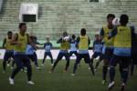 Pemain Timnas Indonesia U23 berlatih di Stadion Manahan, Solo, Jumat (7/6). Mereka akan menghadapi Timnas Singapura U23 dalam laga persahabatan, hari ini, Sabtu (8/6) malam. JIBI/SOLOPOS/Agoes Rudianto