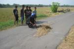 Sri Sumi Handayani Teman sekolah korban melihat lokasi kejadian diduga kecelakaan yang menewaskan warga Dukuh Karangmanis, RT 019, Pandak, Sidoharjo, Widhy Susanto, 13, Selasa (9/7).