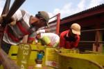 Petugas dari agen Elpiji 3 Kg, PT Benny Putra, Delanggu memindahkan tabung ke truk yang siap di kirim ke pangkalan, Kamis (11/7). Memasuki awal bulan puasa, stok gas Elpiji di Klaten masih aman. Sebab, Klaten
