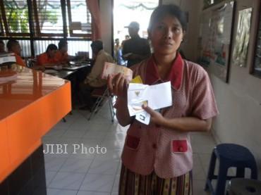 Espos/Iskandar/JIBI Salah seorang penerima dana BLSM menunjukkan uang Rp300.000 seusai mengambil dari tempat pengambilan di Kantor Pos Ngringo, Kecamatan Jaten, Karanganyar, Kamis (11/7/2013).