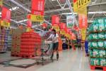 Karyawan bersepatu roda menata barang dagangan di Carrefour Solo Baru, Sukoharjo, Jumat (12/7). (Maulana Surya/JIBI/Solopos)