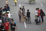 Warga membawa anjing saat menikmati Car Free Day (CFD) di Jl. Slamet Riyadi, Solo, Minggu (14/7/2013). (Dok/Solopos)