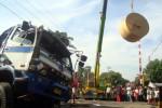 Alat berat didatangkan untuk mengevakuasi kertas yang berserakan setelah truk pengangkutnya tertabrak KA Bangun Karta di perlintasan KA Beloran, Sragen Kulon, Rabu (17/7/2013). (Tri Rahayu/JIBI/Solopos)