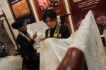 Dua pengrajin batik tengah menyelesaikan pembuatan batik tulis dalam pameran Gelar Batik Nusantara 2013 di Jakarta Convention Center, Rabu (17/7/2013).(Rahmatullah/JIBI/Bisnis)