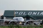 Sebuah pesawat terbang terlihat di landasan Bandara Polonia Medan beberapa waktu lalu. Menjelang peresmian operasional Bandara Internasional Kuala Namu 25 Juli mendatang sejumlah maskapai penerbangan menyatakan kesiapan migrasi layanan ke bandara baru itu. (JIBI/Bisnis Indonesia/Andi Rambe)