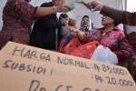 "Penjual melayani pembelian daging sapi di stan Dinas Perikanan dan Pertanian DKI Jakarta pada acara ""UKM Expo"" di Lapangan Parkir IRTI Monas, Jakarta Pusat, Kamis (18/7). Harga daging sapi yang berada di kisaran Rp85.000-100.000/kg di pasaran dipangkas hingga dijual Rp65.000/kg di stan tersebut."