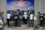 Sales Promotion Girl (SPG) berpose didepan sepeda motor yang dipajang saat launcing dealer baru PT Sumber Baru Jaya Gemilang (GBJG) di Colomadu, Karanganyar, Rabu (17/7). PT Sumber Baru Jaya Gemilang (SBJG) menargetkan penjualan sebanyak 800 unit sepeda motor pada lebaran tahun ini.