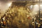 Ilustrasi Pendukung Presiden Mesir yang digulingkan Muhammad Morsi berlarian menghindari gas air mata yang ditembakkan oleh polisi anti huru-hara saat bentrok di Jembatan Enam Oktober, Kairo, Mesir, Senin (15/7/2013). (JIBI/Antara/REUTERS/Amr Abdallah Dalsh )