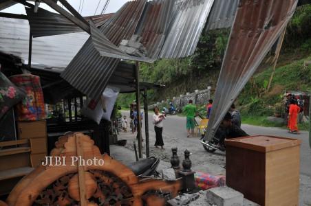 GEMPA BUMI ACEH  Sejumlah warga berhamburan keluar rumah menyusul gempa bumi di desa Lampahan, Bener Meriah, Aceh, Selasa (2/7/2013). Gempa 6,2 skala rihter mengakibat puluhan rumah rusak dan ratusan korban luka-luka.