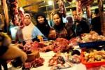 Sejumlah warga membeli daging sapi untuk keperluan menyambut bulan Ramadan di Pasar Kosambi Bandung, Jawa Barat, Selasa (9/7/2013). Badan Urusan Logistik kesulitan mendatangkan  1.000 ton daging sapi senilai sekitar Rp65 miliar untuk memenuhi kebutuhan selama Ramadan gara-gara persoalan perizinan. (Rachman/JIBI/Bisnis)