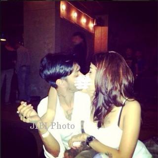 Model majalah pria dewasa NIkita Mirzani pamer foto sedang berciuman dengan seorang cowok. (instagram)