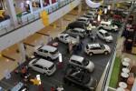 Pengunjung melihat-lihat mobil yang dipajang di pameran otomotif di Solo Paragon Life Style Mall, Solo, Kamis (18/7). Kalangan pengusaha dealer otomotif genjot penjualan dengan menawarkan berbagai program promo selama Bulan Ramadhan.